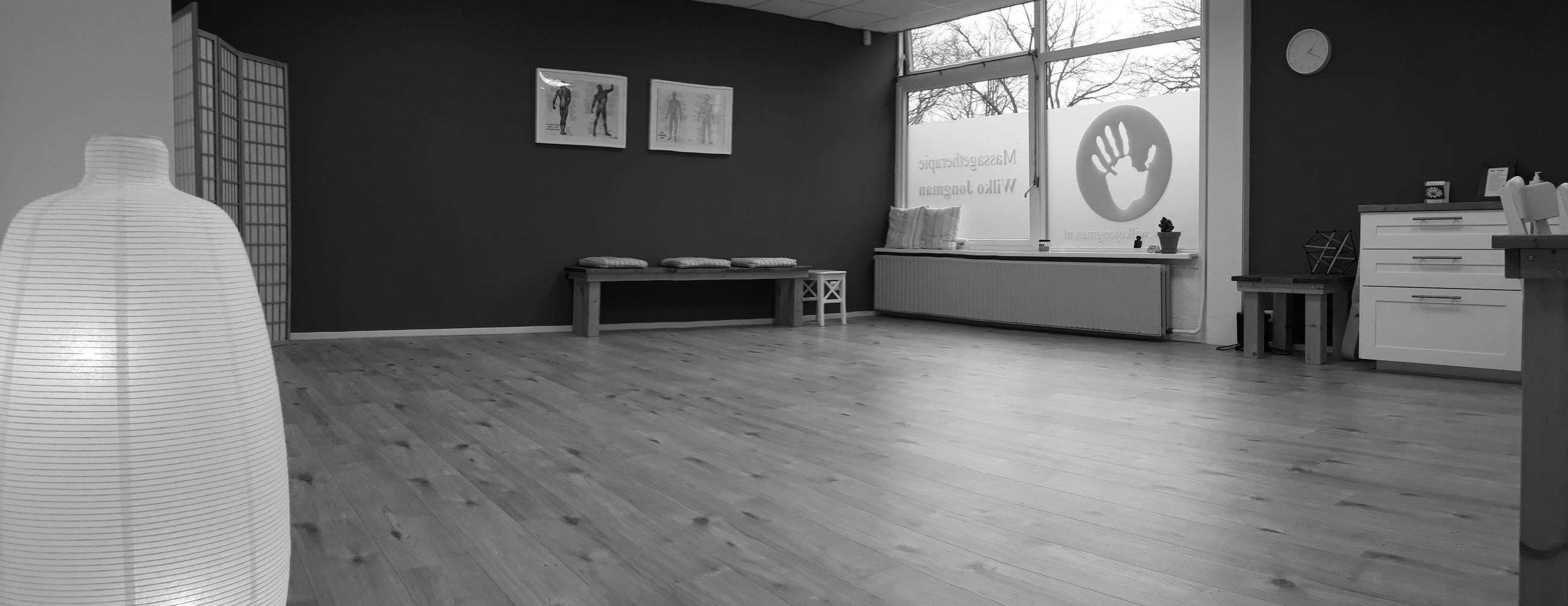 Praktijkruimte massagetherapie Wilko Jongman met veel ruimte en rust